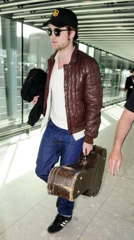 http://www.tvmania.ro/wp-content/uploads/2010/05/pattinson-guitar.jpg